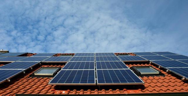 Zonnepanelen op het dak, een voorbeeld van duurzaam bouwen